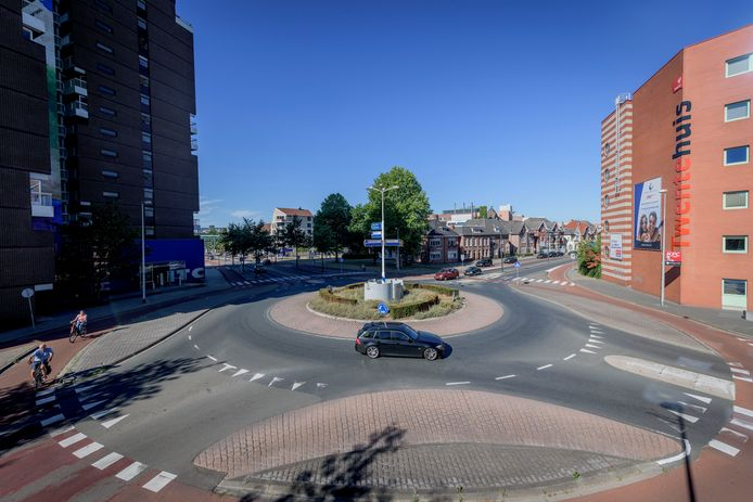 De kruising van de Boulevard 1945 met de Haaksbergerstraat gaat momenteel op de schop
