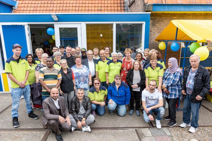 De vrijwilligers van de Ruilwinkel, met burgemeester Mulder en wethouder Van der Reest, bij de winkel in Goes-West.