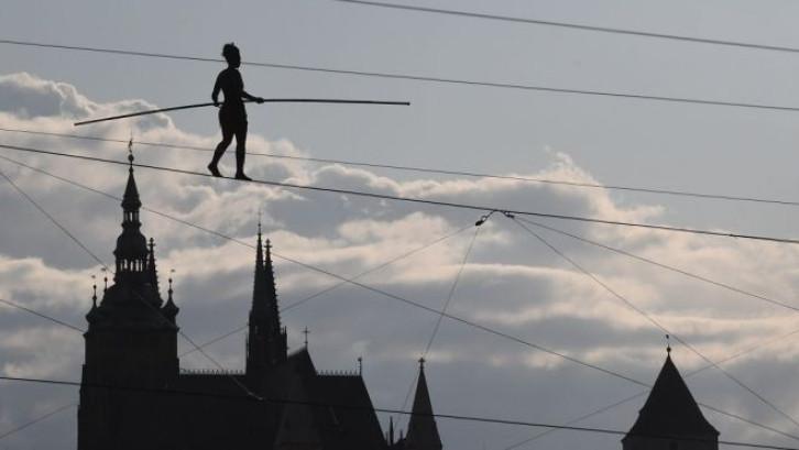 Une funambule réalise un exploit au-dessus de Prague
