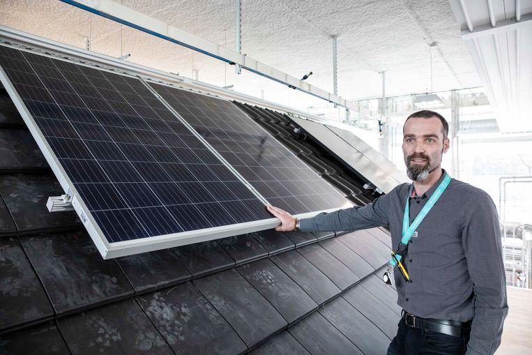 Tom Nijssen bij het energiehuis, de blikvanger van het Energy Lab op de T2 Campus in Genk.