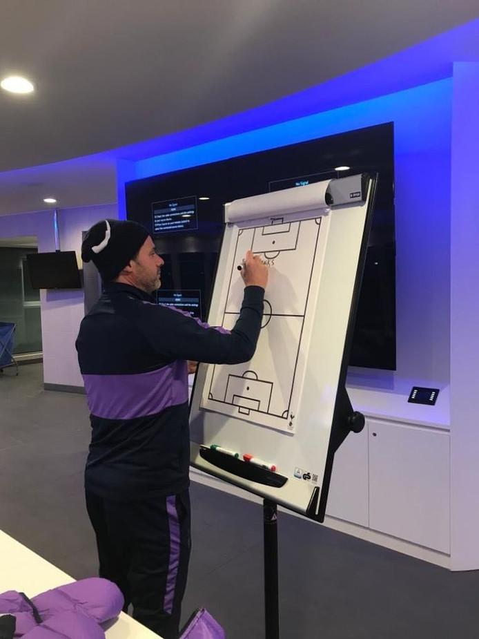 """Limogé par Tottenham, Mauricio Pochettino a laissé un message à ses joueurs sur un paper-board dans le vestiaire: """"Un très grand merci à vous tous. Nous ne pouvons pas vous dire au revoir. Vous serez toujours dans nos cœurs"""", a écrit le coach argentin."""