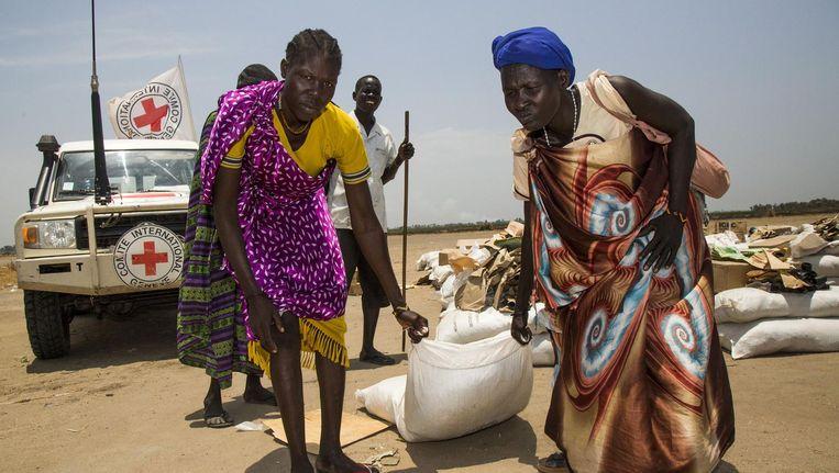 Twee vrouwen ontvangen noodhulp van het Rode Kruis in Thonyor, Zuid-Soedan Beeld afp