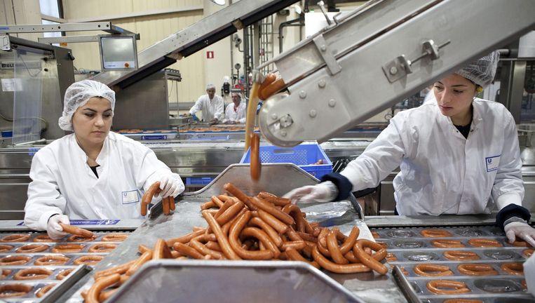 Rookworsten in de Unox-fabriek in Oss. Beeld Arie Kievit