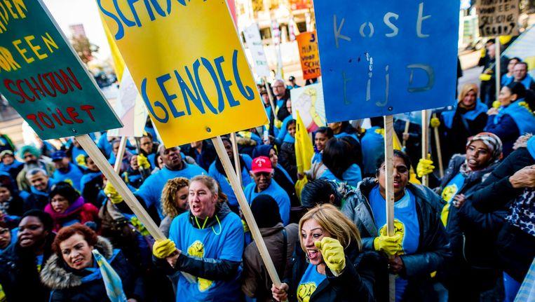 Schoonmakers die lid zijn van de FNV voeren actie in Rotterdam. Beeld anp