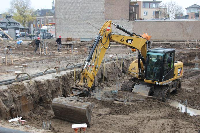 Het zand kan er na het koppen snellen weer terug in. Volgende week worden de funderingen van de appartementen gelegd.
