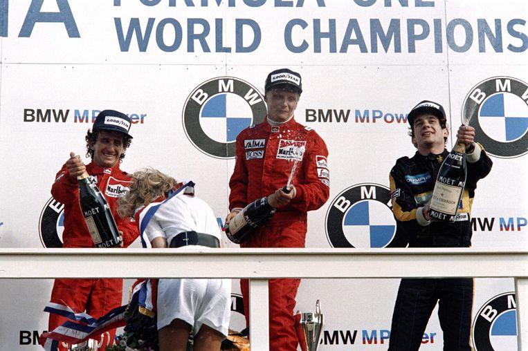 Op dit beeld uit 1985 viert hij zijn overwinning in Zandvoort.