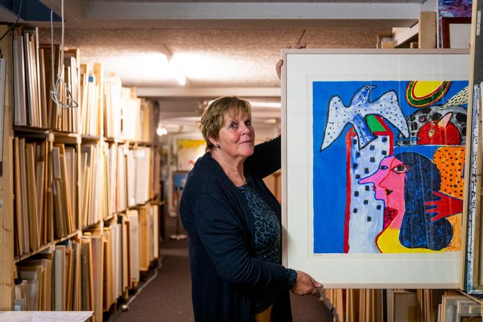 Bij HeArtGallery zit sinds kort in de kelder weer de kunstuitleen. Op de foto Anneke Kuipers.