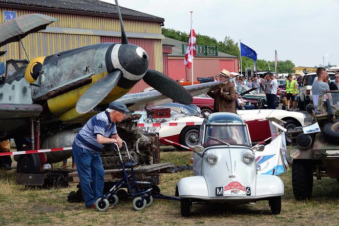 Klassieke auto's en vliegtuigen op vliegveld Seppe.