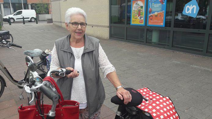 Corry de Krom zweert bij persoonlijk contact in de supermarkt. ,,Van wie krijg ik anders mijn zegeltjes?''