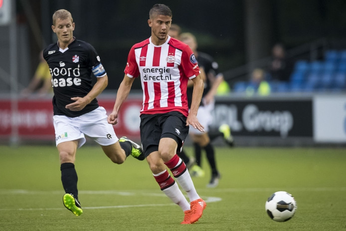 Jong PSV-speler Ramon Pascal Lundqvist in duel met FC Emmen-speler Sander Rozema.