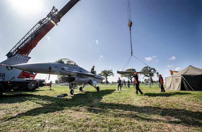 De opbouw van het vliegveld voor Wings of Freedom was dinsdag nog in volle gang.