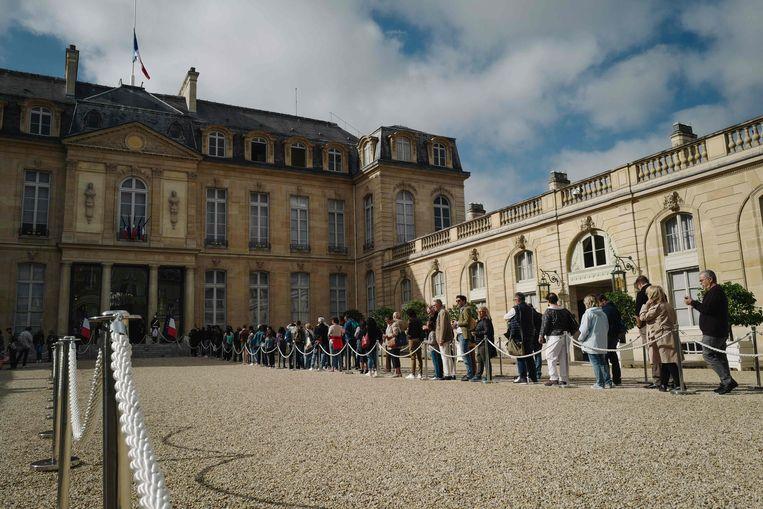 Mensen staan in de rij aan het Elysée om het condoleanceregister te tekenen voor de Franse oud-president Jacques Chirac.