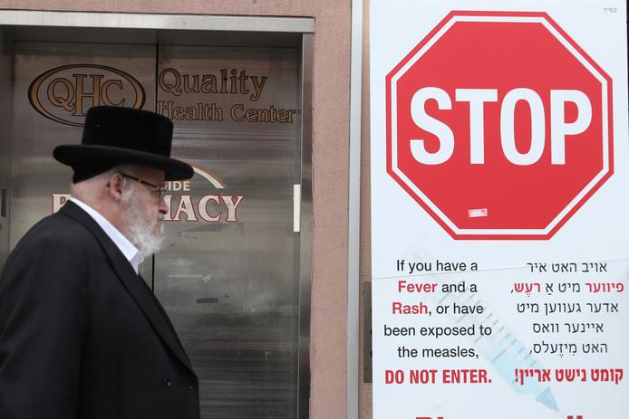 Een mazelen-waarschuwingsbord in het orthodox-joodse gedeelte van de wijk Williamsburg in New York.