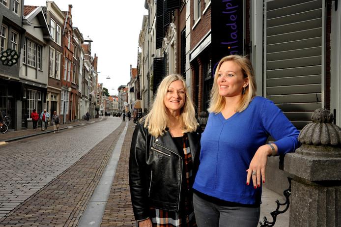 Lea en Merel Heemskerk op de Groenmarkt, waar drie van de zes deelnemende locaties gevestigd zijn.