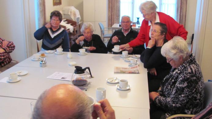 De Velddrielers drinken een kop koffie met appeltaart bij de inloop van het social ontmoeting- en servicepunt.