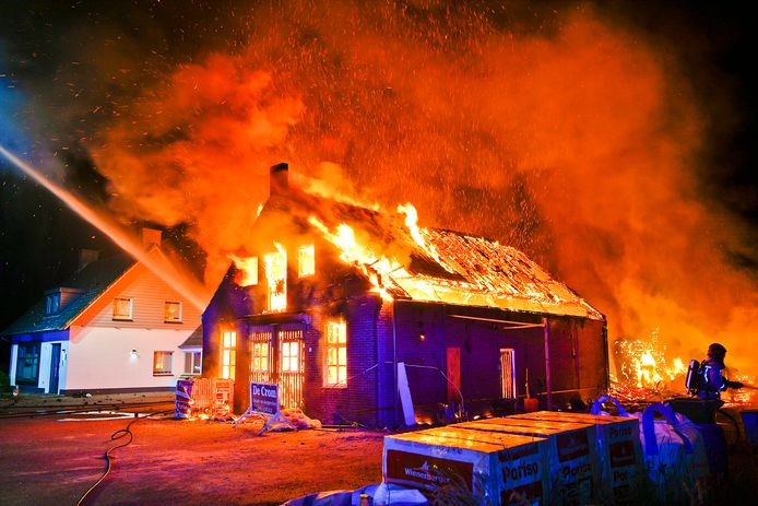 De woning is geheel afgebrand.