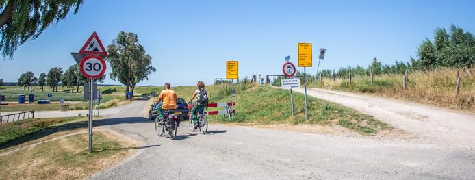 Fietsers negeren de afsluiting bij de Spuiweg.