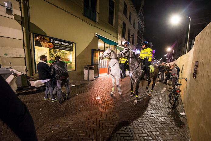 De voorstraat in Zwolle is een echte stapstraat waar politie vaak surveilleert. De kroegeigenaren mogen hun cafés voortaan de hele nacht openhouden.