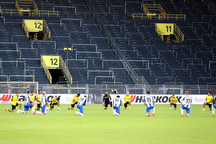 Spelers van Hertha en Dortmund maken een gezamenlijk statement tegen racisme.