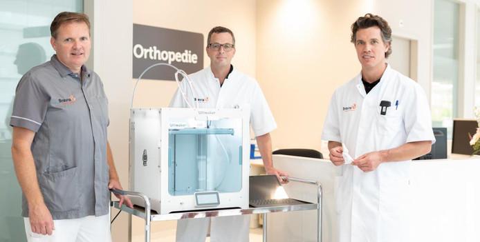 Bravis ziekenhuis gaat werken met een 3D printer voor botbreuken. V..l.n.r. gipsverbandmeester Harry Jan Raad, chirurg Barthold Kuiken en orthopedisch chirurg Jacco van Doorn.