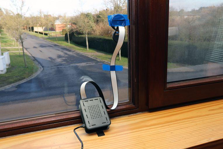 Een Telraam bevestigd aan een raam met zicht op de straat kan verkeersbewegingen in kaart brengen.