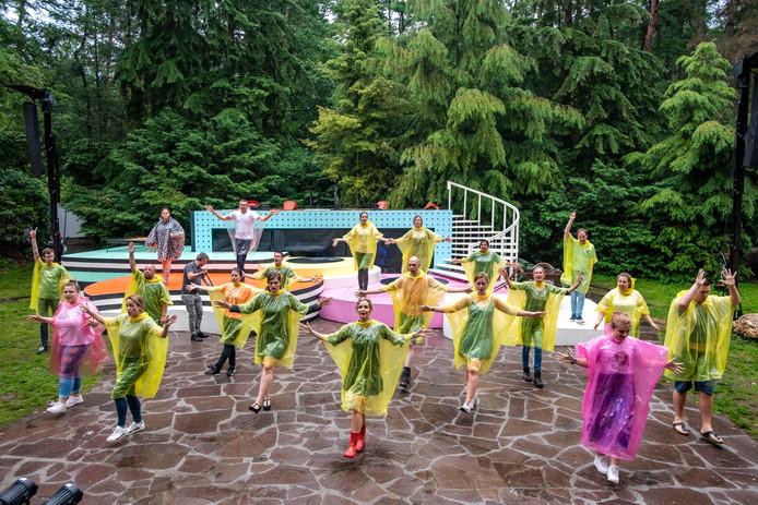 Generale repetitie van Petticoat in de regen.