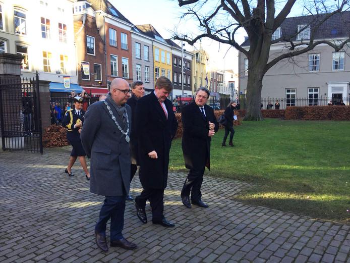 De koning arriveert bij de Sint Jan, begeleid door burgemeester Mikkers(links) en commissaris van de Koning Van de Donk (rechts).