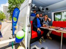 Coaches van Welzijn Capelle trekken wijken in met busje