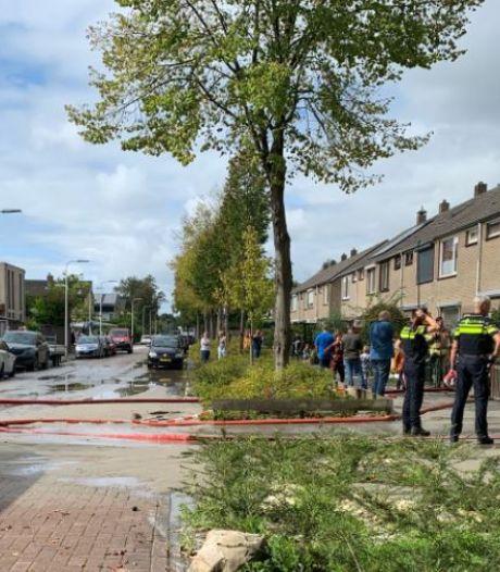 Brandweer pompt woningen leeg na springen hoofdwaterleiding: waterballet in straten