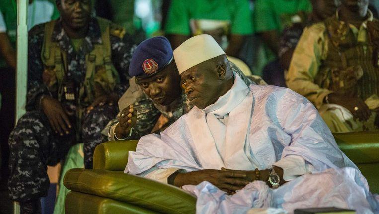 De president van Gambia, Yahya Jammeh met een soldaat. Beeld null