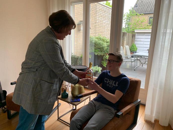 Moeder Anne-Marie feliciteert Stef.