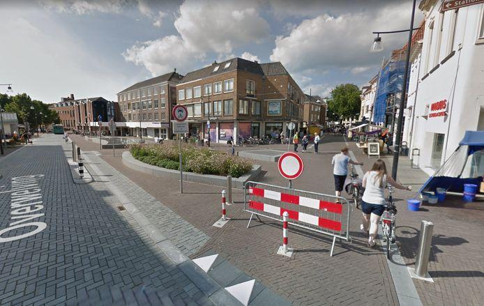 De knokpartij vond plaats bij de Rabobank aan de Overwelving in Zutphen.