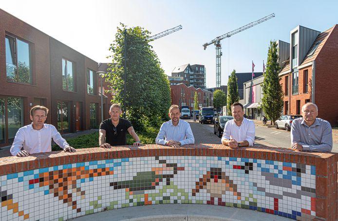 Een breed gezelschap van bouwers (ontwikkelaars en woningcorporaties) heeft een plan gemaakt voor de toekomst van de Kamperpoort en dit aan de gemeente overhandigd. Vlnr Edwin van Roodselaar (DLH), Mark Broekhuijsen (Nijhuis),Erwin Stuiver (deltaWonen), Dennis Laing(BPD) en Egbert Haas (SWZ). Erik van der Linden van Openbaar Belang ontbreekt.