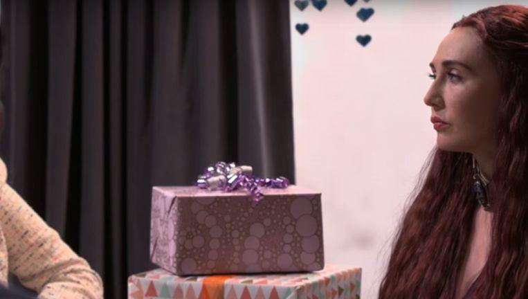 Carice van Houten als Melisandre op de babyshower Beeld Screenshot