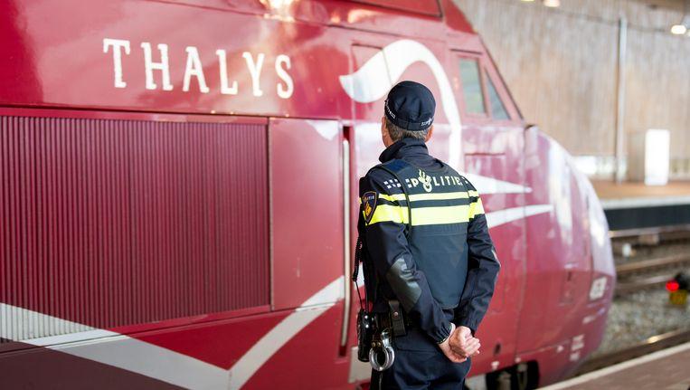 Een politieagent bij de Thalys. Beeld null