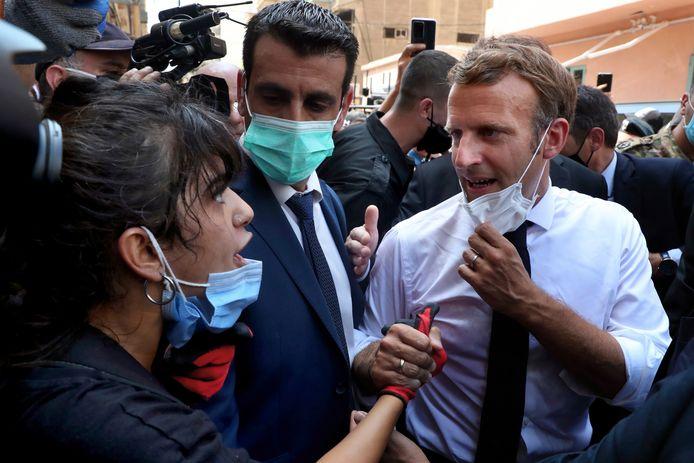 Emmanuel Macron ging de temperatuur meten in de zwaar getroffen wijk Gemayzeh.