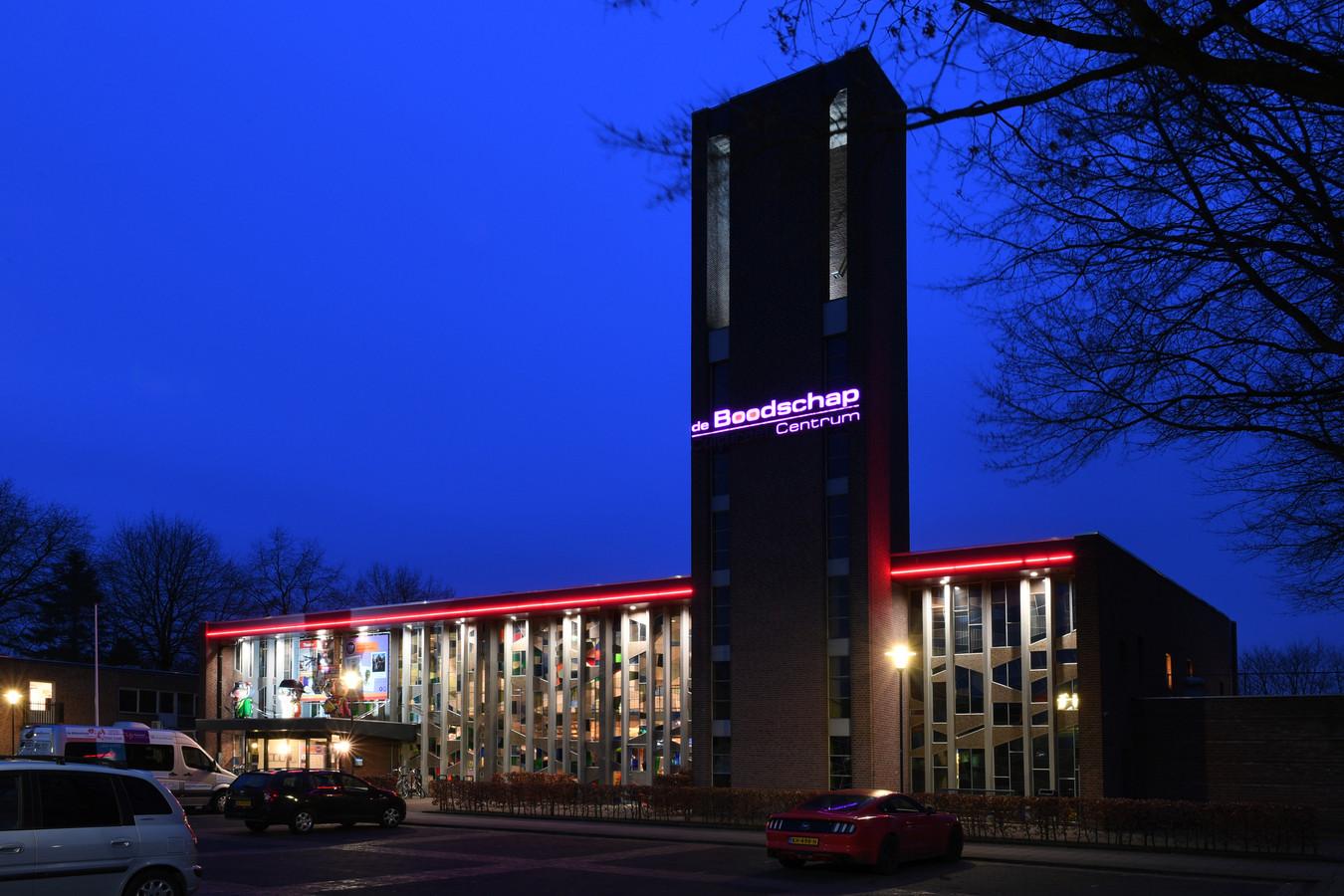 RIJEN, Foto Pix4Profs//Jan Stads. De voorkant van Cultureel Centrum De Boodschap in Rijen met zijn glas en lood ramen.