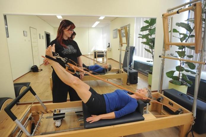 Naomi Vos van Pilates Center Goes geeft Mariëtte Kip al tweeënhalf jaar individuele training. Kip heeft er baat bij.foto Willem Mieras