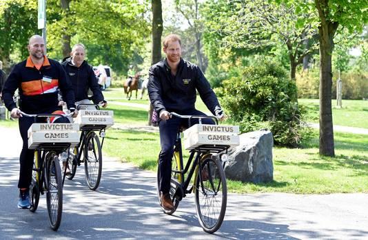 Prins Harry fietst door het Zuiderpark.