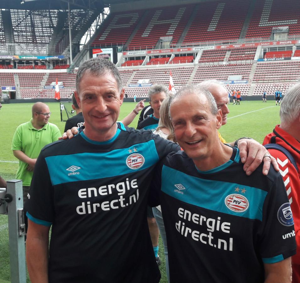 Ernie Brandts (l) en Jan Poortvliet, vandaag op het Walking Football-toernooi in het Philips Stadion.