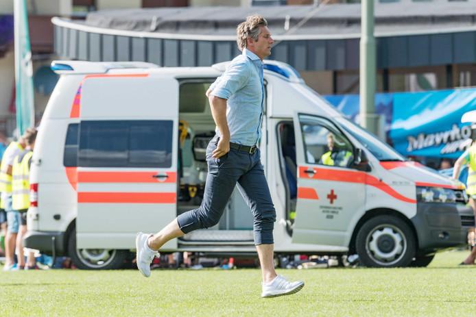 Edwin van der Sar snelt toe wanneer Abdelhak Nouri op de grond ligt tijdens het oefenduel met Werder Bremen.