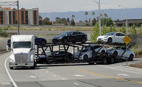 Een truck met nieuwe Tesla's verlaat de fabriek.