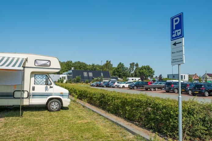 Toeristen moeten per overnachting in Elburg volgend jaar fors meer gaan betalen. De camperplaatsen op parkeerplaats De Ouder Vos worden begin volgend jaar geëvalueerd. Volgens de gemeente levert het 20.000 euro op.