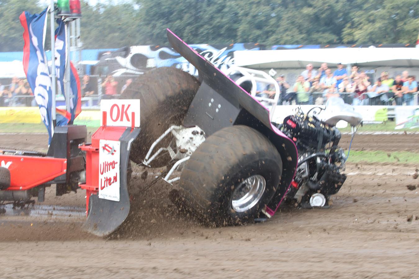 De tractor slingerde, boorde een wiel in de grond en viel bovenop de Dronter testpuller. Hij brak een ruggenwervel.