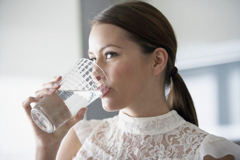 Drink een groot glas water voor elke maaltijd en probeer (light) frisdrank te mijden.