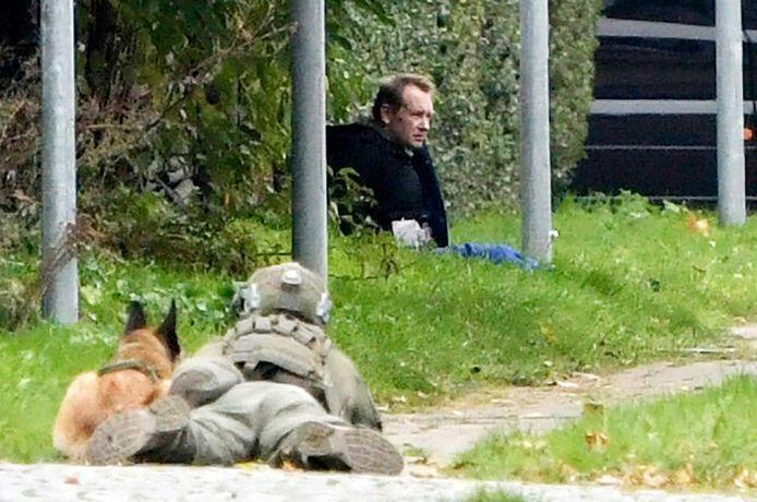 Peter Madsen wordt onder schot gehouden door agenten.