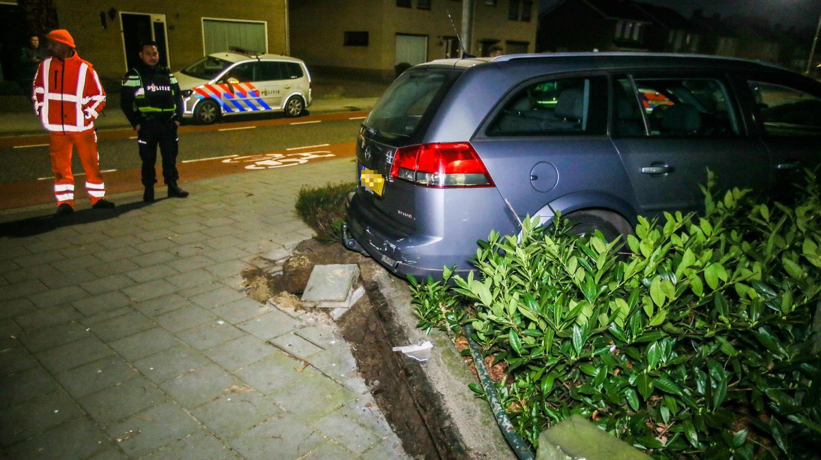 De vluchtauto werd 'geparkeerd' in de voortuin van iemand aan de Zeilbergsestraat in Deurne.