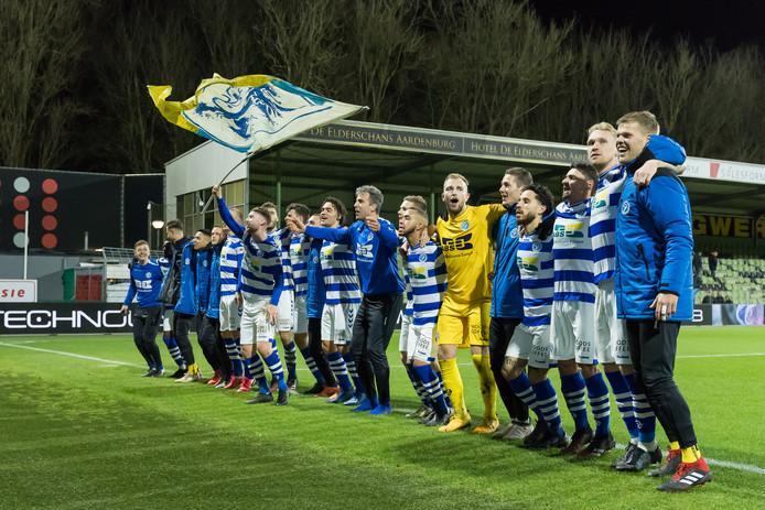 De spelers van De Graafschap vieren de overwinning op FC Dordrecht met de meegereisde supporters.