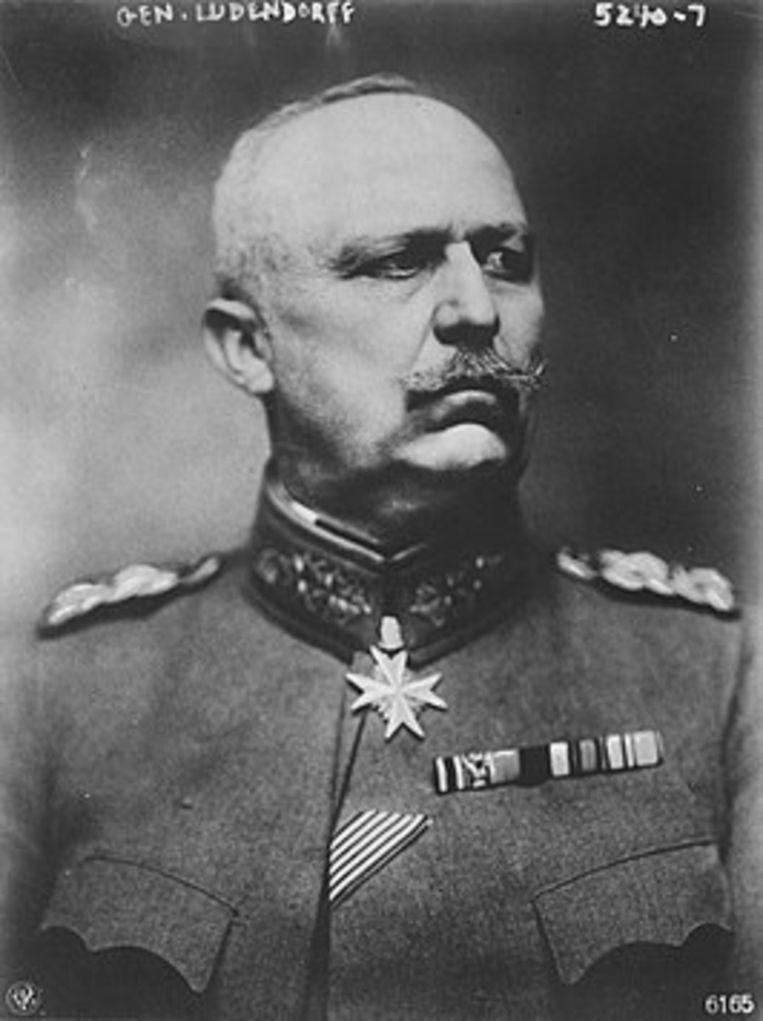 Kwartiermeester-generaal Erich Ludendorff, dan de machtigste man van Duitsland. Door zijn koppigheid jaagt hij in de laatste honderd oorlogsdagen 700.000 manschappen de dood in.