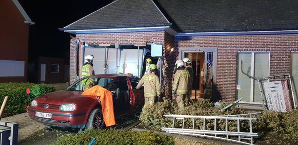 De auto kwam tot stilstand tegen de gevel het huis, gelukkig belandde hij in de garage. Die moest gestut worden, maar het huis blijft bewoonbaar.